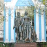 памятник - А.С.Пушкин и Н.Гончарова (кликните для увеличения)